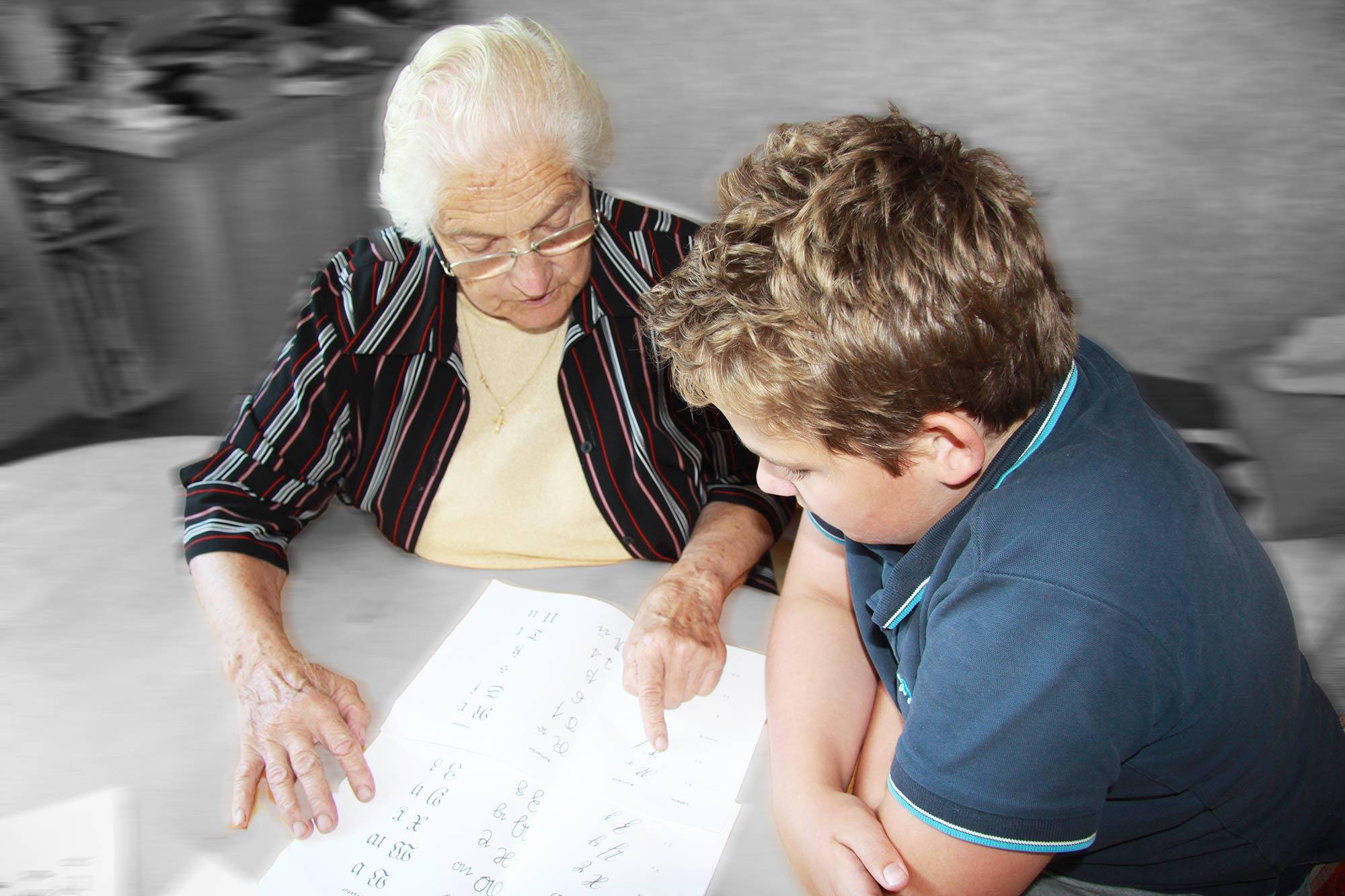 Oma und Enkerl beim Lesen